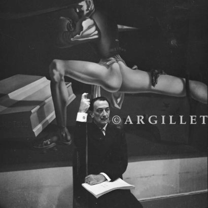 Photo de Dali devant tableau André Breton 20